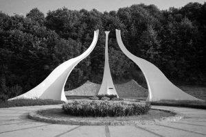СТРУЧИЦА- Крстоношићев споменик палим борцима, у виду три преврнута тулипана, у Раковцу, који симболично представљају жртве Другог светског рата