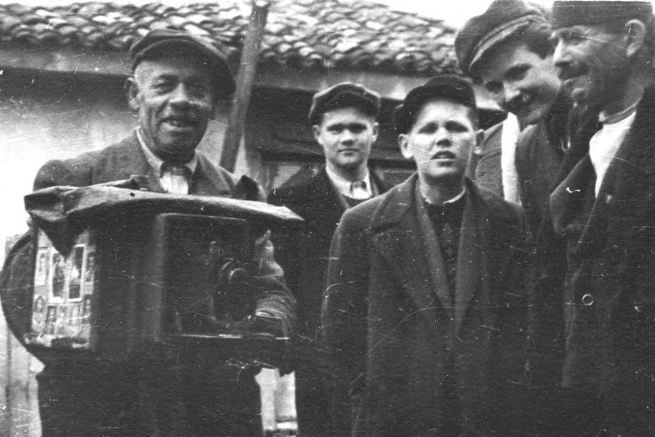 ПИОНИР ФИЛМА НА БАЛКАНУ – Новосадски гимназијалци 1948. године, у Битољу, у посети Милтону Манакију једном од пионира филма и фотографије некадашње Југославије