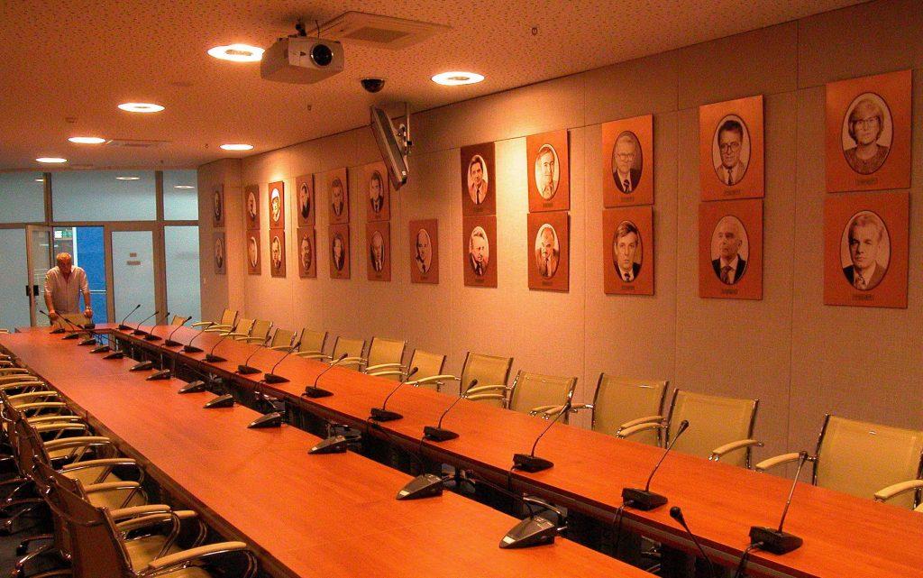 ИСТОРИЈА – Ликове свих досадашњих председника Привредне коморе Војводине, на фотографисаним портретима, Мирко Крстоношић је уклопио у савремени амбијент новог пословног простора Мастера на Новосадском сајму