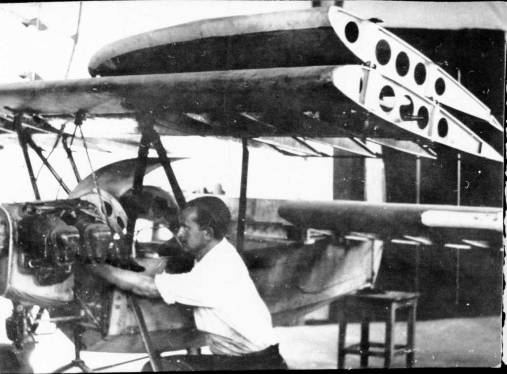 МОНТАЖА – Припрема за узлетање двокрилног једноседа у Новом Саду 1948. године